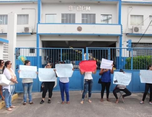 Familiares de PMs protestam