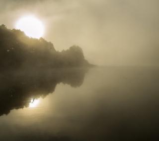 As primeiras luzes da manhã entravam pelas frestas da janela. Eles dormiam enquanto amanhecia o dia nublado.