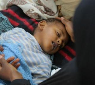 Criança recebe tratamento contra a cólera