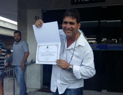 Ozéias exibe diploma