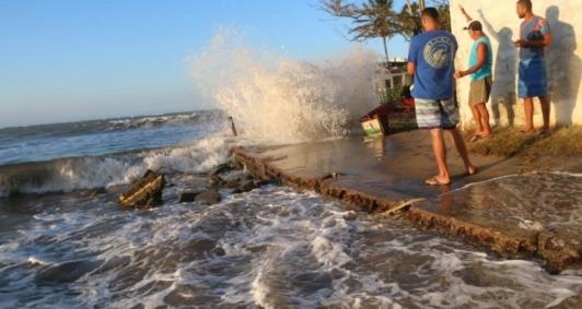 Mar em Atafona avança e deixa moradores preocupados