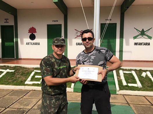 Sub João Ricardo, à esquerda, entregando certificado de agradecimento ao professor de Kapap, combate com Facas, Cristiano Garra, depois deste ter treinado os Atiradores do TG-01-008 Itaperuna