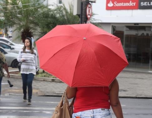 A quinta-feira amanheceu chuvosa em Campos