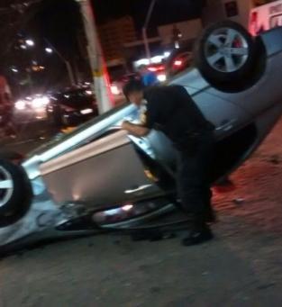Carro capotou depois da colisão