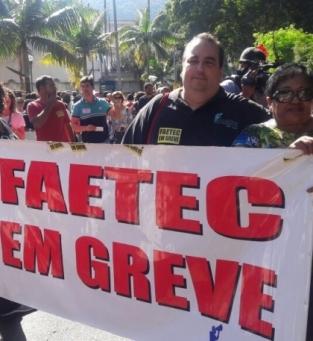 Alunos e servidores protestando no Rio