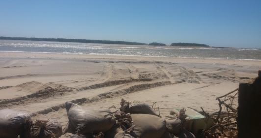 Sacos de areia colocados em Atafona