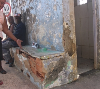 Descuido com banheiro público é preocupação