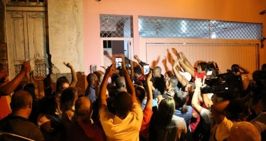 Movimento em frente à casa de Garotinho