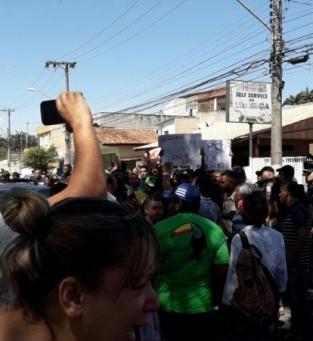 Tumulto em frente à Prefeitura de Campos
