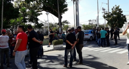 Aliados de Rafael em  frente a Prefeitura