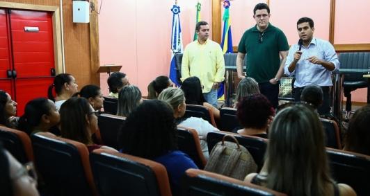Rafael Diniz recebe diretores de escolas