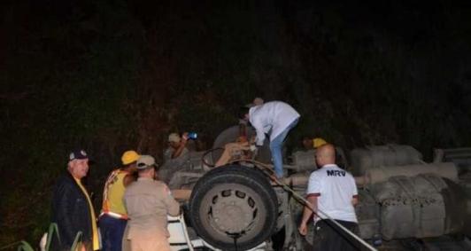Caminhão tomba na RJ 214