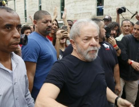 Lula chega ao IFF Campos e recebido por apoiadores