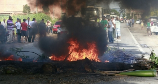 Manifestação interdita rodovia em Santa Cruz