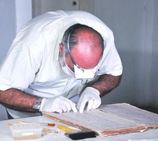 Diretor examina documentos históricos
