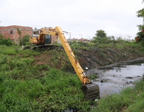 Limpeza canal do Parque Aurora