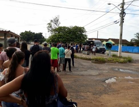 Moradores de Tócos enfrentam fila para transporte alternativo