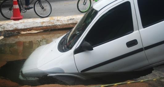 Carro cai em cratera na decida da ponte da Lapa