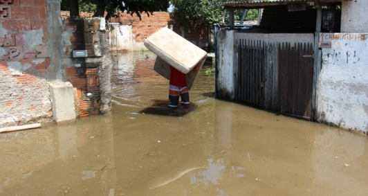 Famílias ainda sofrem com alagamentos em Ururaí
