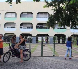 Pais de alunos querem outra escola para os filhos
