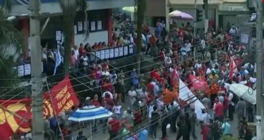 Apoiadores de Lula em frente ao Sindicado dos Metalúrgicos