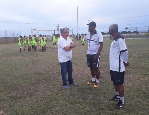 Treinador Josué Teixeira reunido com sua equipe técnica para traçar possíveis estratégias a serem desenvolvidas no campo