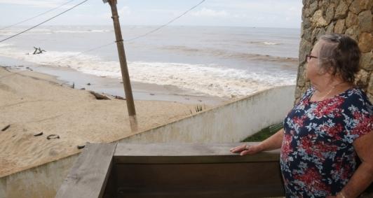 A aposentada Sônia Ferreira, de 73 anos, hoje observa o mar bem próximo de sua casa, onde mora há quase 40 anos e de onde já presenciou vários imóveis levados pela água