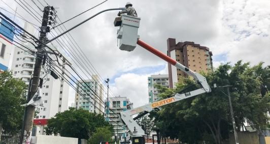 Serviço de troca de lâmpada já vem sendo feito de maneira emergencial
