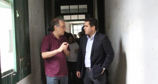 Marco Lucchesi e Rafael Diniz no prédio histórico