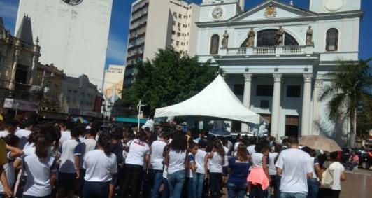 Caminhada pela paz na praça do Santíssimo Salvador