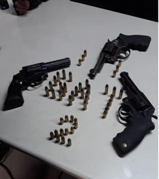 Adolescente detido com três armas e quase 50 munições em Campos