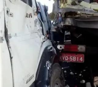 Acidente entre caminhão e ônibus
