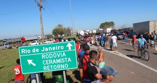 Terceiro dia de greve dos caminhoneiros