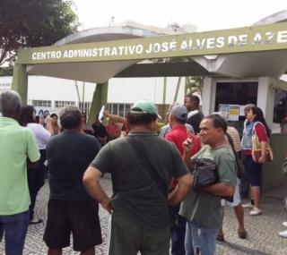 Servidores municipais protestam em frente a prefeitura