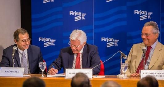 O ministro Moreira Franco assina autorização para implantação de 2ª térmica no Porto do Açu