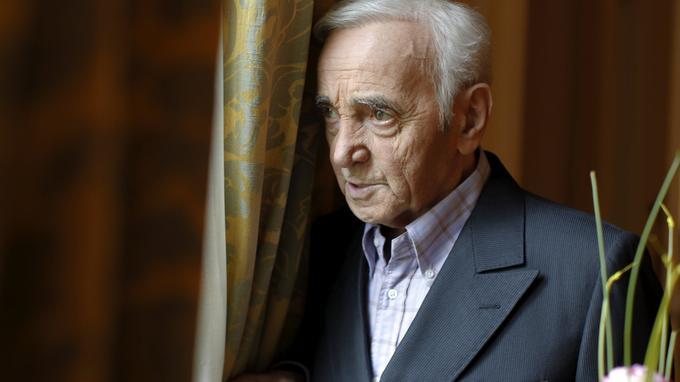 Le chanteur auteur et compositeur Charles Aznavour, pose ici à lENTITY_apos_ENTITYoccasion dENTITY_apos_ENTITYune entretien avec Le Figaro, au cours duquel il nous parle de la sortie de son nouvel album, et de son retour scénique à Paris, du 15 au 27 septembre au Palais des Sports.