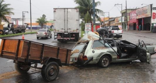 Acidente deixou carro destruído