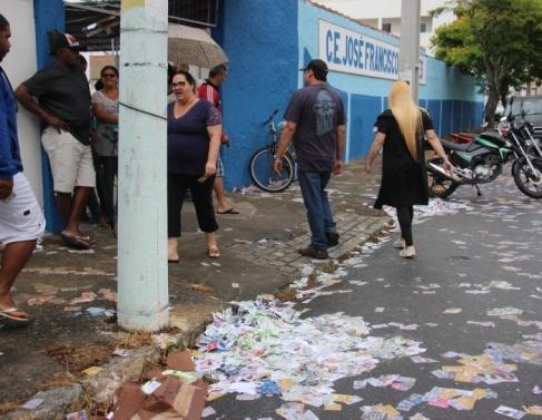 Calçadas e ruas ficaram repletas de papéis e santinhos