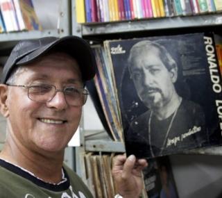Ronaldo Lopes ao mostrar seu trabalho musical