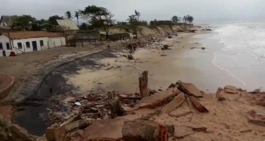 Avanço do mar acontece nas imediações das ruínas do prédio do Julinho