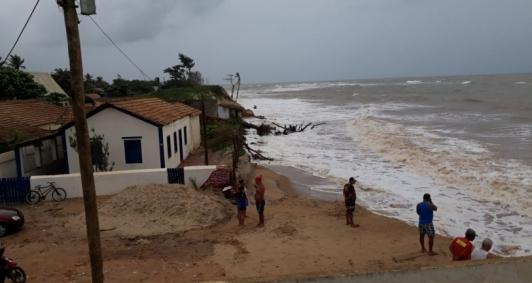 Água continua avançando no litoral de SJB