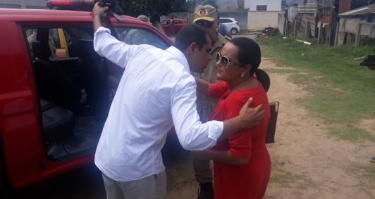 Prefeita e deputado estiveram no carro dos Bombeiros junto com o secretário estadual de Defesa Civil