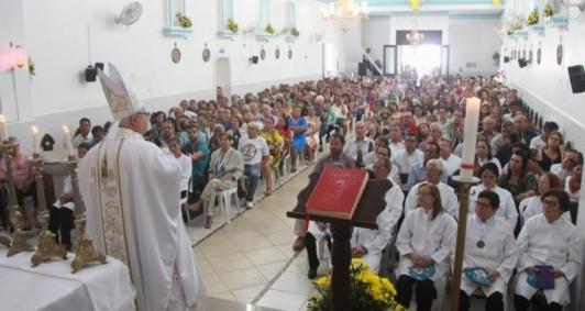 Lideranças políticas nas primeiras filas durante a missa da padroeira de Atafona