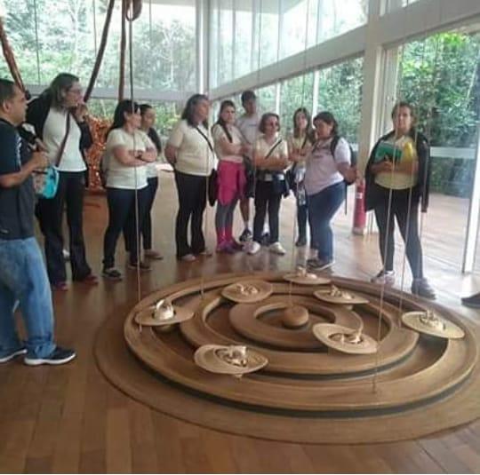 Com visitantes de uma das galerias