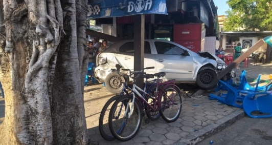 Carro invade praça do Sossego (Foto: Leitor)