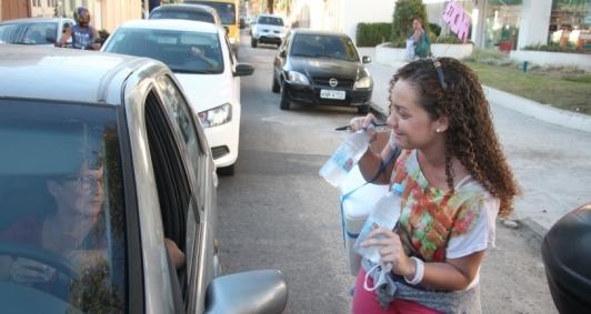 Letícia ainda estuda para vestibular, mas já junta dinheiro para a matrícula