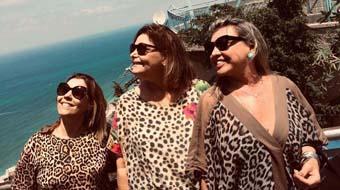 Mulheres antenadas com a moda, Claudinha Neto, Carla Sobral e Fatima Vasconcelos usando animal print, tendo ao fundo o mar da Galiléia.