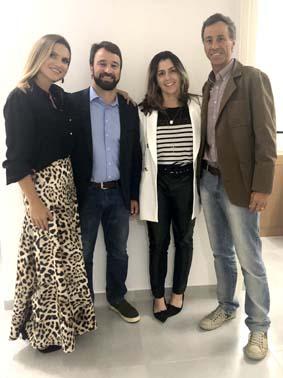 A fisioterapeuta Júlia Santos Neves e o marido Diogo Corrêa Neves, com Julie e Christiano Abreu Barbosa