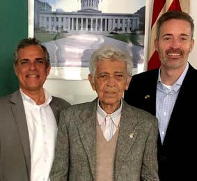 Os empresários Douglas Jay Moraes e Feliciano Leite Moraes recebendo, em Campos, o Adido Cultural da Embaixada Americana Kevin J. Brosnahan