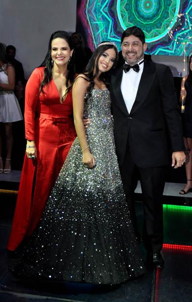 Maitê em sua noite de 15 anos, ao lado dos pais Karina e o empresário Milton Ferreira Jr.